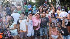 Carnaval en Cafayate: Cientos de jóvenes se congregaron en la plaza de la ciudad vallista para jugar con talco, pintura y lanzanieve.