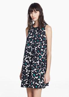 Vestido sin mangas con estampado de flores en negro y verde, de Mango.