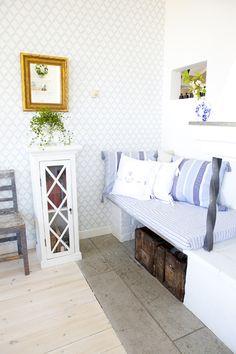 The blue Little leaves Trellis design. Swedish Cottage, Caravan Renovation, Trellis Design, Diy House Projects, Entryway Bench, Kitchen Decor, Master Bedroom, Blue And White, Flooring
