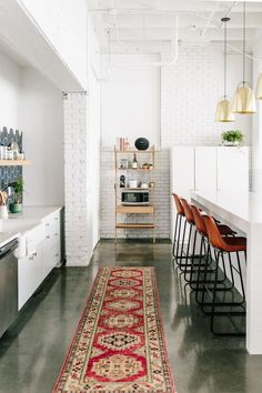 Home staging: 10 cheap tips to revamp your kitchen - My Romodel Cozy Kitchen, Home Decor Kitchen, Kitchen Furniture, Home Kitchens, Kitchen Ideas, Open Kitchen, Kitchen Photos, Small Kitchens, Kitchen Planning