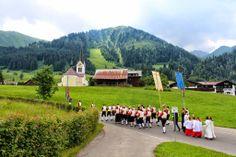 Fronleichnam #Prozession im Kleinwalsertal Riezlern #Austria Austria, Dolores Park, Travel, Maps, Crests, Germany, Viajes, Destinations, Traveling