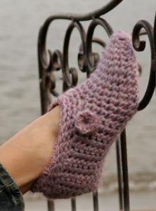 Essas pantufas de crochê não parecem umas botinhas? Dá vontade de colocar uma sola de borracha e sair por aí... Gostou? Se você é prendada, esse é um projeto que você pode fazer. As instruções estã...