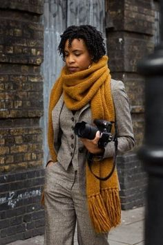 menswear inspired outfit with a gorgeous mustard colored chunky knit scarf Ideas Bufanda, Style Androgyne, Mustard Scarf, Dress Like A Parisian, Casual Chique, Chunky Scarves, Paris Dresses, Sartorialist, How To Wear Scarves