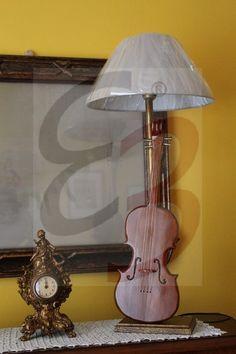 Lampada a violino realizzata in legno di faggio e colorato in ciliegio con dettagli realizzati a mano