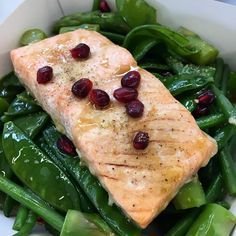 Saumon + grenade + légumes verts croquants = à tester au plus vite ! (Plat des voisins de vendredi midi )