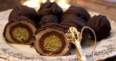 pistachio, almond, chocolate truffles Wonderful candy known as Mozartkugeln Recipe Czech Desserts, Mini Desserts, Christmas Sweets, Christmas Baking, Ice Cream Candy, Croatian Recipes, Baking Cupcakes, Sweet Breakfast, Sweet Cakes