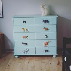 Animal knobs on child's dresser  #børnerum #børneværelse #børneindretning #kommode #maledemøbler #plastikdyr #plasticanimals #legetøjsdyr #bondegårdsdyr #zoologiskhave