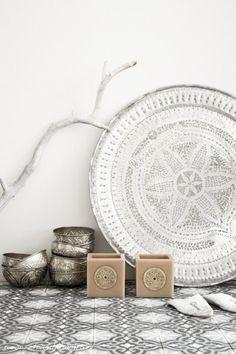 Vosgesparis: Modern Moroccan style in Black and White Modern Moroccan, Moroccan Design, Moroccan Tiles, Moroccan Decor, Moroccan Dance, Moroccan Lounge, Ethnic Decor, Ethnic Chic, Tribal Decor