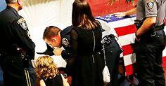 Funerali ufficiali per il cane poliziotto morto in servizio: il bacio del sergente