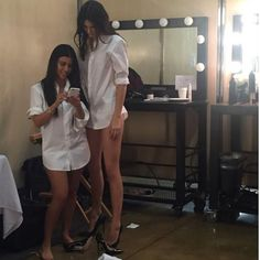 kendall jenner kourtney kardashian taille difference incroyable longues jambes mannequin top-modele lol humour photo instagram mere kris famille tele-realite kim kylie khloe fesses formes pulpeuses sexy 2 fans