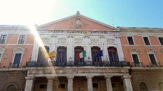 Bari attentato a Barcellona: sulla facciata di Palazzo di Città bandiere a mezzasta
