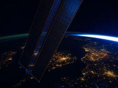 EARTH  宇宙ステーションから見た地球。