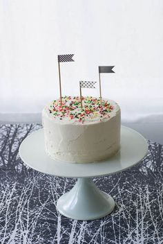 #cococakeland http://cococakecupcakes.blogspot.ca/2013/06/simple-black-and-white-party-cake.html
