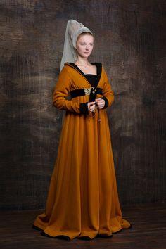 Idade Média cone sobre a cabeça com véu tunica com o cinto para demarcar ligeiramente a forma do corpo