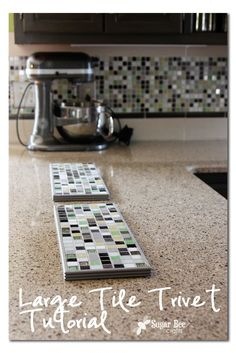 Large Tile Trivet - Sugar Bee Crafts - I have the perfect tiles for this project! Diy Kitchen Projects, Tile Projects, Diy Projects To Try, Diy Interior, Leftover Tile, Cocina Diy, Tile Crafts, Styling A Buffet, It Goes On