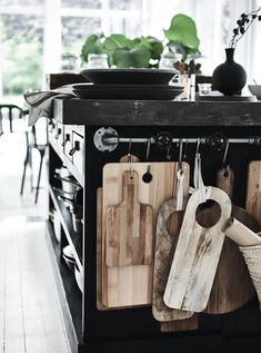towel rod bar – turned – cutting board storage Handtuchstange – gedreht – Schneidebrett Lagerung This image has get Kitchen Organization, Kitchen Storage, Kitchen Utensils, Organization Ideas, Storage Spaces, Storage Ideas, Organizing, House Contemporary, Rustic Kitchen