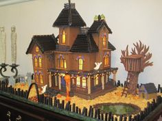 Google Image Result for http://www.gingerbread-house-heaven.com/images/halloween-gingerbread-mansion-2010-21406648.jpg