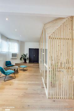 La cabane, tout en respectant un budget restreint, permet de délimiter les différents espaces: l'Open Space, la salle de réunion, la salle de comptabilité et la salle de l'agence.