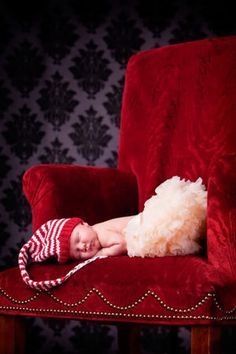 Christmas Newborn Photos!! @Emmie France Walch this is a must have. Now we just need to find a red chair, a cute tutu and that hat.