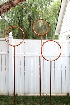 We love this DIY backyard Quidditch game designed by Summer Hogan of Simple Stylings. It's a simplified version of the Harry Potter game for your little wizards when they're home from Hogwarts. Harry Potter Halloween, Harry Potter Motto Party, Harry Potter Thema, Classe Harry Potter, Cumpleaños Harry Potter, Harry Potter Wedding, Harry Potter Birthday, Harry Potter Quidditch Game, Harry Potter Adult Party