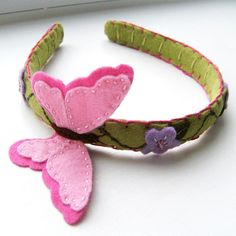 Sólo inspiración, no tuto Butterfly Dreams Hair Band in Pink and Pale Green This hair band has been designed, hand cut and stitched by Clara Clips .Of felt - beautiful tiara hair Felt Flowers, Fabric Flowers, Butterfly Felt, Felt Hair Accessories, Felt Hair Clips, Felt Hair Bows, Barrettes, Diy Headband, Elastic Headbands