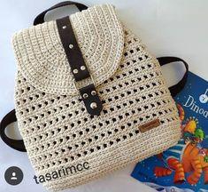 Bolsa de crochê com furinhos estilosa - Taschen - Drawstring Bag Diy, Drawstring Bag Pattern, Crochet Backpack Pattern, Bag Pattern Free, Crochet Handbags, Crochet Purses, Crochet Designs, Crochet Patterns, Diy Crochet Bag