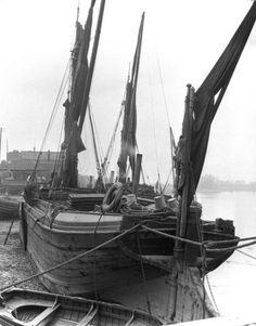 Sailing barge, River Thames, London, c London Pictures, London Photos, Vintage London, Old London, Barge Boat, Merchant Marine, London History, Cool Boats, Boat Stuff