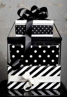 Black ☛noir ☛ negro ☛ nero ☛schwarz ☛ preto ☛ черный ☛ zwart ☛ שָׁחוֹר ☛ أسود ☛ μαύρος ☛ nigrum ☛ nigra ☛ ブラック☛ 黑 white▸ blanc▸ blanco▸bianco▸weiß▸branco▸أبيض▸לבן▸белый▸wit▸λευκό▸blanka▸alba ☛ 白 ☛ ホワイト Black Christmas, Christmas Colors, Christmas Decorations, Creative Gift Wrapping, Creative Gifts, Wrapping Ideas, Christmas Gift Wrapping, Black And White Colour, Diy And Crafts