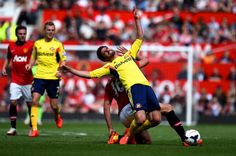 Fabio Borini of Sunderland is brought down by Michael Carrick of... ニュース写真 487977861