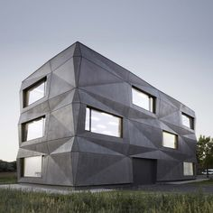 Tillich Architektur adds folded concrete facade to office in Munich Precast Concrete Panels, Polished Concrete Flooring, Concrete Facade, Concrete Architecture, Concrete Building, Architecture Design, Contemporary Architecture, Warehouse Renovation, Archdaily Mexico