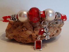 Pulsera Kumihimo con cristal central, y perlas sintéticas y charms de piezas facetadas