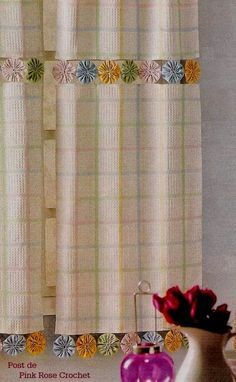 As muitas aplicações do fuxico. Fazer fuxico requer paciência e capricho, mas. The many applications of yo-yo. Doing yo-yo requires patience and whim, but it's worth the work. Here are some idea Fabric Crafts, Sewing Crafts, Sewing Projects, Diy Curtains, Kitchen Curtains, Canvas Curtains, Valance, Yo Yo Quilt, Curtain Designs