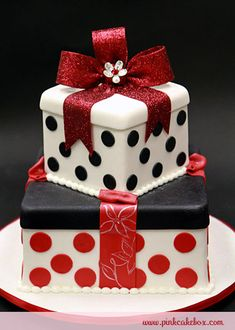 Beautifully decorated Christmas present cake Christmas Present Cake, Christmas Wedding Cakes, Holiday Cakes, Christmas Presents, Christmas Birthday, Gorgeous Cakes, Pretty Cakes, Cute Cakes, Amazing Cakes