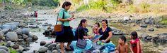Unas Testigos responden preguntas sobre la Biblia junto al río Chilama (El Salvador) con la ayuda del folleto Escuche a Dios y vivirá para siempre