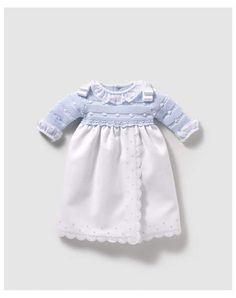 Faldón en color blanco de pique con la parte superior en tricot de color azul Knit Baby Dress, Bebe Baby, Single Crochet Stitch, Knitted Dolls, Baby Knitting, Color Azul, Blanco Color, Girls Dresses, Ruffle Blouse