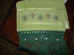 toalha de lavabo, bordado em ponto cruz,com barrado em macram~e, aceito encomendas;inesmoreira60@hotmail.com