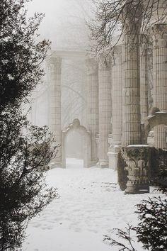 La beauté du froid et de la neige + colonnes — 42 Images of Holiday Inspiration to Celebrate :: This is Glamorous
