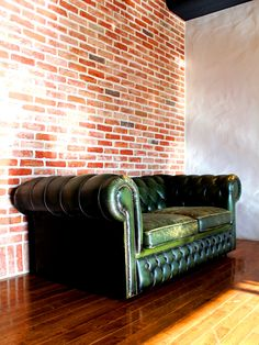 http://demode-furniture.net/kottouya/products/new_arrival/2_8.php 16022X-2S ヴィンテージ2シーターソファ グリーンレザー ヨーロッパ製のヴィンテージソファです。 使い込まれ、歴史の重みを感じる逸品です。