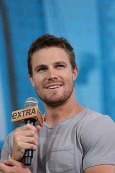 ARROW star Stephen Amell is all smiles at the EXTRA Stage at Comic-Con 2012. (© WBEI. All Rights Reserved.)