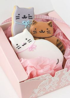 Cat cookies in a box! Cat Cookies, Fancy Cookies, Royal Icing Cookies, Cookies Et Biscuits, Cupcake Cookies, Sugar Cookies, Kawaii Cookies, Cookies Kids, Galletas Cookies