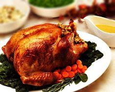 Chester Napolitano.Basicamente, uma mesa preparada para a ceia de natal é formada pelos pratos principais (carnes), acompanhamentos (arroz e farofa), saladas (salpicão, maionese, salada) e frutas diversas.