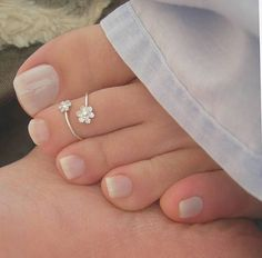 Two Tone Gold Blue Diamond Ring Vintage Engagement Ring Vintage Blue Diamond Ring - Fine Jewelry Ideas Silver Anklets Designs, Anklet Designs, Gold Toe Rings, Sterling Silver Toe Rings, Nose Rings, Belly Rings, Antique Jewellery Designs, Fancy Jewellery, Pretty Toe Nails