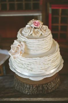 Ali and Georg's rustic elegant wedding »Cake: The Bake Shoppe, Photo: Brandon Chasbro ||maineventpro.com || #nashville #wedding #cakes