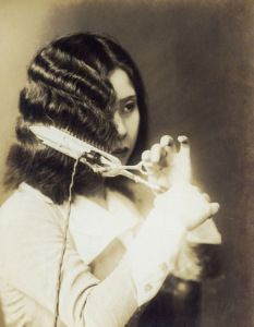 Vintage Hairstyles Curls Old Japanese photo of woman styling her hair - Retro Hairstyles, Curled Hairstyles, Updo Hairstyle, Prom Hairstyles, Women's Curling, Curling Iron Hairstyles, Louise Brooks, Finger Waves, Finger Curls
