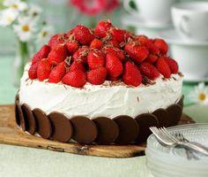 Sommaren är inte komplett utan en härlig sommartårta med rikligt med jordgubbar. Den här härliga tårtan innehåller två läckra fyllningar som gör den helt oemotståndlig och den tjusiga botten gör du enkelt genom att varva chokladflarn omlott.