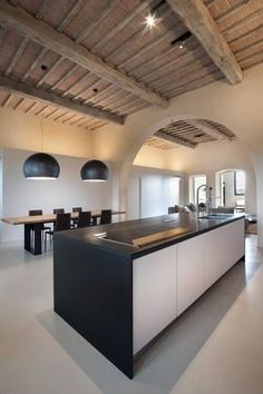 What do you think about this outstanding and modern kitchen design inspiration? See more clicking in the image. Villa Design, Küchen Design, House Design, Kitchen Dining, Kitchen Decor, Dining Room, Black Kitchen Island, Casa Loft, Interior Architecture