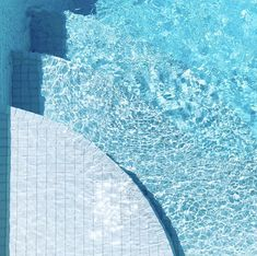 This square pool that is fully tiled in white glass tiles is designed to present a light glacier blue colour. Backyard Pool Designs, Swimming Pools Backyard, Garden Pool, Pool Landscaping, Landscaping Design, Pool Landscape Design, Landscape Architecture, Garden Design, Perth