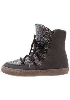 ¡Consigue este tipo de botines con cordones de Gioseppo ahora! Haz clic para ver los detalles. Envíos gratis a toda España. Gioseppo Botines con cordones black: Gioseppo Botines con cordones black Zapatos   | Material exterior: fibra sintética, Material interior: tela, Suela: fibra sintética, Plantilla: tela | Zapatos ¡Haz tu pedido   y disfruta de gastos de enví-o gratuitos! (botines con cordones, laces, cordón, acordonado, acordonados, stiefeletten zum schnüren, botines con agujeta...