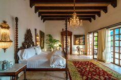 For Elizabeth Taylor's birthday in her husband Richard Burton presented the stunning actress with Casa Kimberly, a sprawling collection of casitas overlooking Bahía de Banderas in Puerto Vallarta, Mexico. Hacienda Style Homes, Spanish Style Homes, Spanish House, Spanish Colonial, British Colonial, Mexican Interior Design, Interior Design Living Room, Mexican Bedroom, Colonial Bedroom