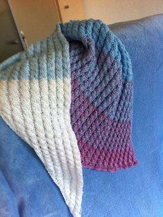 Ein Tuch aus dieser Wolle: https://wollmarkt24.de/products/farbverlaufsgarn-himbeer-baumwollmischung-dreifarbig - gearbeitet von Elisabeth Richner